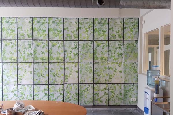 Behang in vakverdeling met bloemen motief